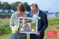 Bruidspaar houdt lijst met kinderen vast