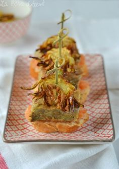 Montadito de tortilla de alcachofa con sus chips http://larosadulce.blogspot.com.es/2015/02/montadito-de-tortilla-de-alcachofas-con.html