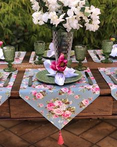Mesa Cléo, com charme e elegância. 💖 Orçamentos e pedidos pelo direct ou WhatsApp Comment Dresser Une Table, Table Set Up, Deco Table, Easy Home Decor, Dinner Table, Table Linens, Table Runners, Diy And Crafts, Sewing Projects
