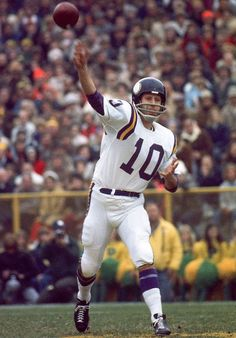 "Hall of Fame quarterback Fran Tarkenton, who made nine Pro Bowls in his career, turned 77 years old on Feb. Here are some classic SI photos of ""The Scrambler. Nfl Football Players, Best Football Team, Sport Football, Football Cards, Football Helmets, Equipo Minnesota Vikings, Minnesota Vikings Football, Nfl Photos, Football Photos"