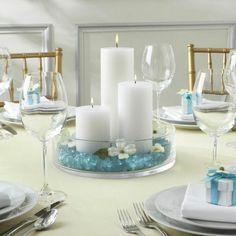 maritime Sommerdeko als Tischdeko weiße Kerzen und Türkis Steinen