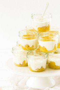Ob mit oder ohne Sommer: Solero-Dessert schmeckt immer, ist ein leichter Nachtisch aus einer Joghurt-Sahne-Mischung mit Pfirsichboden und Maracuja Topping
