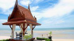 El Anantara Hua Hin Resort & Spa copia el estilo, altamente exótico para los occidentales, de un típico pueblo tailandés. De entrada, la propiedad está aislada del bullicio exterior por un muro de terracota de tres metros de altura profusamente decorado con elefantes esculpidos en bajorrelieve. Ya en el amplio vestíbulo, abierto al fresco por dos de sus costados, una brisa blanda, proveniente de la playa, suspira a nuestro alrededor transportando los acordes de una lenta y persistente…