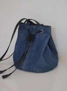 Billedresultat for recycle jeans Upcycled denim jeans bag - pinning for inspiration - item is/was for sale. Dimensions - height diameter of the bottom - shopping bags from old jeans pic for inspiration purpose only, links to site to purchase from maker 71 Diy Jeans, Sewing Jeans, Denim Bags From Jeans, Diy Bag With Jeans, Diy Denim Purse, Diy Bag Recycled, Recycled Fashion, Jeans Recycling, Mochila Jeans