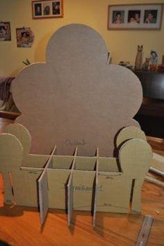 UN FAUTEUIL D'ENFANT EN CARTON PAR LN  Ceci est un tutoriel pour réaliser ce fauteuil d'enfant en carton. C'est un mélange de ...