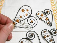 Diy Arts And Crafts, Crafts To Do, Girls Weekend Gifts, Metal Coat Hangers, Wire Board, Wire Jig, Hanger Crafts, Wire Ornaments, Wire Crafts