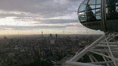 Chuva e o Clima - Londres/UK  Leve sempre um guarda-chuva pra passear por aí. Londres e Curitiba alternam a liderança das cidades no mundo que tem mais dias nublados sabia? Também prefira os meses de verão para ir a Londres pois os dias são mais longos. .