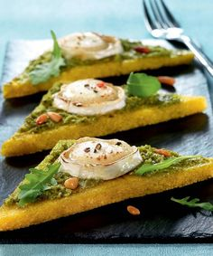 Chèvre chaud sur polenta au pesto - 48 Classic Italian Recipes That Make Us Want to Quit Our Jobs . Recipes Appetizers And Snacks, Veggie Recipes, Cooking Recipes, Party Recipes, Pesto, Antipasto, Hamburger Vegetarien, Tapas, Grilling Gifts