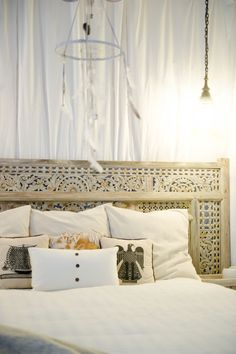 My Houzz: Chic Boho Style for a Hawaii Apartment Indonesian Decor, Balinese Decor, Dream Bedroom, Home Decor Bedroom, Light Bedroom, Faux Headboard, Antique Headboard, Rustic Headboards, Hawaii Apartment