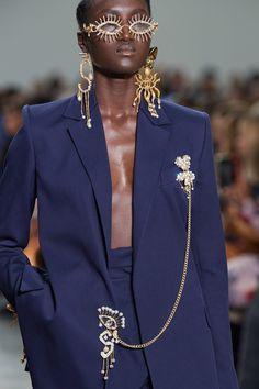 Schiaparelli Spring 2020 Couture Fashion Show - Vogue Fashion Details, Look Fashion, High Fashion, Fashion Show, Fashion Goth, Classy Fashion, French Fashion, Fashion Week, Fashion 2020