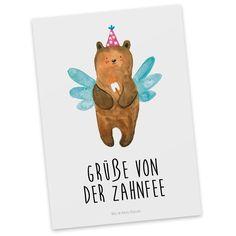 Postkarte Zahnfee Bär aus Karton 300 Gramm  weiß - Das Original von Mr. & Mrs. Panda.  Diese wunderschöne Postkarte aus edlem und hochwertigem 300 Gramm Papier wurde matt glänzend bedruckt und wirkt dadurch sehr edel. Natürlich ist sie auch als Geschenkkarte oder Einladungskarte problemlos zu verwenden. Jede unserer Postkarten wird von uns per hand entworfen, gefertigt, verpackt und verschickt.    Über unser Motiv Zahnfee Bär  Der Milchzahn ist draußen! Ein klarer Fall für die Zahnfee…