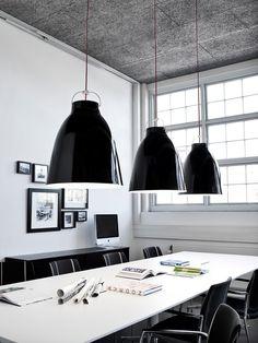 Lightyears Caravaggio hanglamp boven de #vergadertafel #design #verlichting  #pendant #interieur #interior #scandinavisch