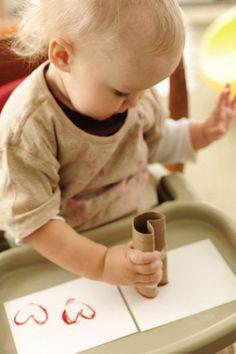 Hartjes stempelen met een wc rol. zo kan je de fijn motoriek stimuleren.