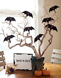 Fotos e ideas fáciles y baratas para lograr una decoración para Halloween en exteriores, mesas, paredes, y todos los rincones de tu casa.