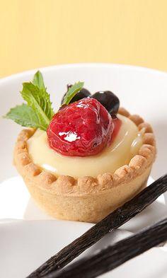 Mini tarta de frambuesa con crema pastelera.