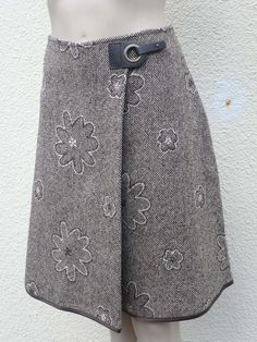 patron couture jupe portefeuille - Best of Pins!Tweed wallet skirt embroidered with brown flowers, flowered winter skirt, woolen skirt, women& trapeze skirt - Tweed, Sewing Clothes, Diy Clothes, Recycle Old Clothes, Winter Rock, Couture Sewing, Winter Skirt, Dressmaking, Sewing Patterns
