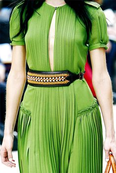 Burberry's s/s 2012 pleated green midi dress with standout beaded woven belt (inspired by fortuny pleated dress Burberry Prorsum, Fashion Details, Timeless Fashion, Fashion Design, Flattering Outfits, Fashion Show, Fashion Outfits, Fashion Weeks, Green Midi Dress