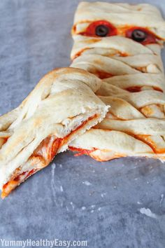 This Pizza Mummy Braid is a quick and easy dinner for the Halloween season. Perfect to serve your little goblins before they head out trick-or-treating! Last Halloween, I had no special dinner planned for my Halloween Pizza, Halloween Breakfast, Halloween Appetizers, Halloween Dinner, Halloween Food For Party, Halloween Treats, Halloween Brownies, Homemade Halloween, Halloween Cupcakes