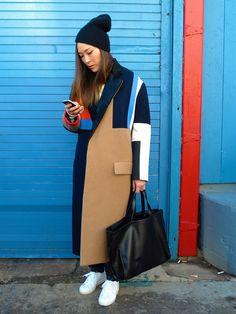 Un magnifique manteau color block avec de belles couleurs. Restez sobre en dessous, la pièce est très forte et surcharger la tenue est très risqué.