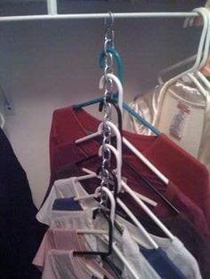 Kreiere eine Kette aus s-förmigen Haken und fädele Kleiderbügel durch sie, um 10 verschiedene Gegenstände an einem winzigen Ort aufzubewahren. Das Tutorial bekommst Du hier.