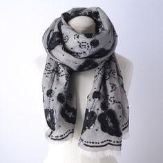 【VENERE】コットン生地に黒のナイロンチュールを重ねてスパンコールと刺繍でデザインしたストール。  大人の女性のための、高級感の溢れるアイテムです。  丸みを帯びたフェミニンな形に仕上げています。