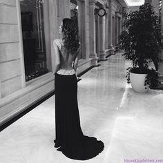 Şık siyah dekolteli uzun taşlı nişan elbisesi, sade ama görkemli bir nişan kıyafeti.