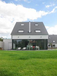 Auf einem baurechtlich schwierigen Grundstück entwickelten unsere Experten von STRICK Architekten + Ingenieure ein pfiffiges Einfamilienhaus mit Garage.