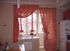 Оформление шторами балконной двери на кухне