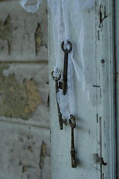 I love old keys tied with a piece of lace!