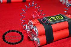 Centros de mesa dinamites!!! Para decorar as mesas dos convidados!! Confeccionado com 5 mentos (na verdade usei balinhas It's ...