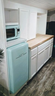 Oh, the color of this retro frig. It's the Glamping Skoolie!homes - Vanlife & Caravan Renovation Bus Remodel, School Bus Tiny House, Bus Living, Tiny Living, School Bus Conversion, Caravan Renovation, Bus Life, Camper Makeover, Remodeled Campers