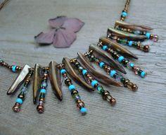 Indianna II. ............náhrdelník Náhrdelník indiánského vzhledu, rafinovaný, extravagantní a hravý z perleťových zoubků a různorodých korálků. - délka cca 45cm, zapínání na karabinku (na přání lze přidělat prodlužující řetízek)