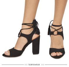 Sandália com amarrações e aplicação de tassel na cor preta da Vicenza #vicenza #calçados #sandália #shoes #sotd #inverno #lançamento #novidade #new #tendência #moda #look #lojaonline #lnl #looknowlook