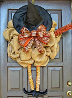 I don't decorate for halloween but this is super cute! DIY Burlap Witch Wreath / cute with good instructions on how to do Spooky Halloween, Holidays Halloween, Halloween Crafts, Halloween Wreaths, Burlap Halloween, Happy Halloween, Burlap Crafts, Wreath Crafts, Diy Wreath