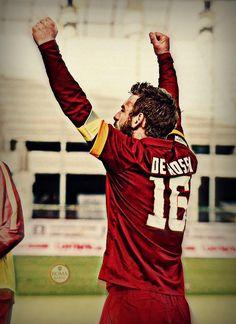 Vittoria della @OfficialASRoma: braccia alzate, verso il derby! #UdineseRoma #RomaRadio