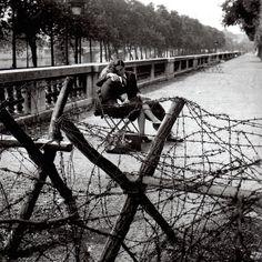 Robert Doisneau - Amour et barbelés - 1944.