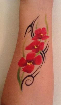 Poppy and tribal lines. Adult Face Painting, Body Painting, Face Painting Designs, Paint Designs, Henna Paint, Arm Art, Face Paintings, Flowers Nature, Luau