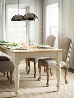 Comedor con mesa de madera y sillas tapizadas