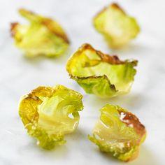 Chips på grönkål har du säkert hört talas om. Men visste du att det även går att göra med brysselkål? Du plockar bladen från varje litet kålhuvud och rostar med olja och salt – lite pilligt, men jättegott att äta som de är, strö över salladen eller toppa en tjusig fiskrätt.