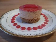 Cheesecake aux fraises et fruits de la passion, biscuit de palets bretons, coulis de groseilles