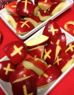 Lekkere sinterklaastraktatie van appalpartjes met kruis eruit gesneden. Simpel en ook heel gezond. Kinderen waren er dol op!