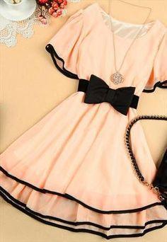 Das romantische Kleid in Lachs mit schwarzer Schleife macht sich hervorragend bei einem romantischen Candle-Light-Dinner. | Stylefeed