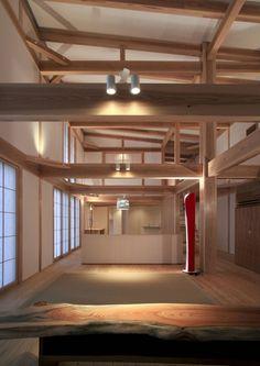 照明の効果を味わう和室、和モダンの家 髙岡建築研究室 の モダンな リビングルーム higashinagato house