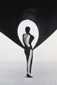 """10 Iconic Photos by Herb Ritts - """"Versace Dress, Back View, El Mirage,"""" 1990 Light Photography, Black And White Photography, Fashion Photography, Glamour Photography, Photography Magazine, Photography Ideas, Robert Mapplethorpe, Louise Brooks, Robert Frank"""