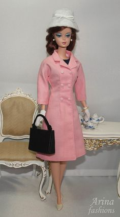 For her visit to Notre Dame Cathedral in France, Jackie wore a double-breasted lightweight coat in Watteau pink. The coat was fitted to the upper body with a narrow cut, the hem gently flaring to an A-line.