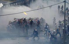 <p>Jóvenes manifestantes derribaron el sábado una cerca de metal que circunda una base aérea en Caracas antes de ser repelidos por fuerzas de seguridad con gases lacrimógenos en otro día de protestas antigubernamentales en la capital de Venezuela.</p>