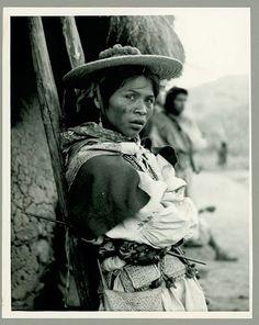 México. Mujer Huichola