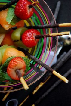 Simple et efficace : les brochettes de fruits aux Mikados!
