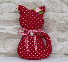 ♥ Landhaus Katze ♥ Rot Punkte Dots ♥ Shabby ♥ Deko ♥ mit Herz ♥ aus … ♥ Landhaus Cat ♥ Red Dots dots ♥ Shabby ♥ Deko ♥ with hearts ♥ from Tilda fabric Sewing Toys, Sewing Crafts, Sewing Projects, Shabby, Crafts To Sell, Diy And Crafts, Cat Cushion, Sewing To Sell, Sewing Pillows