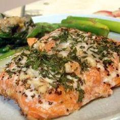 C'est une recette de saumon frais, mariné dans une sauce à base d'herbes aromatiques, avant d'être cuit en papillote. Un plat simple et sain pour deux personnes.